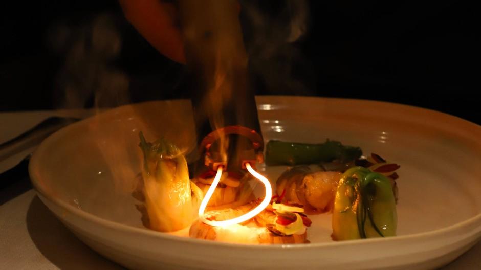 Ein Rezept von Claude Bosi at Bibendum aus London wird im Steirereck serviert.