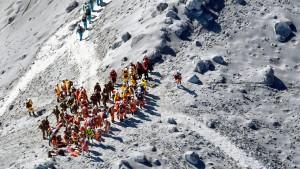Rettungskräfte finden weitere Tote auf dem Gipfel des Ontake-Vulkans