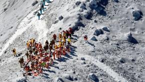 Rettungsmannschaften suchen am Gipfel des Ontake noch immer nach Opfern des Vulkanausbruchs.