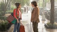 Chan (Selena Gomez) wäscht Gatsy (Timothée Chalamet) auf offener Straße sein verschnupftes Hirn.