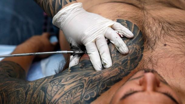 Geplantes Tattoo-Verbot erzürnt Polizisten