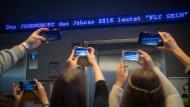 """Die Worte """"Fly sein"""" flimmern am Freitag in München als """"Jugendwort des Jahres"""" über den digitalen Newsticker eines Hotels."""