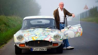 Rückspiegel-Optik: Luzius Ziermann auf einer Straße beim hessischen Gelnhausen mit seinem bemalten Oldtimer