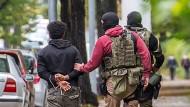 Drei Bekannte des flüchtigen Syrers haben Ermittler in Chemnitz festgenommen.