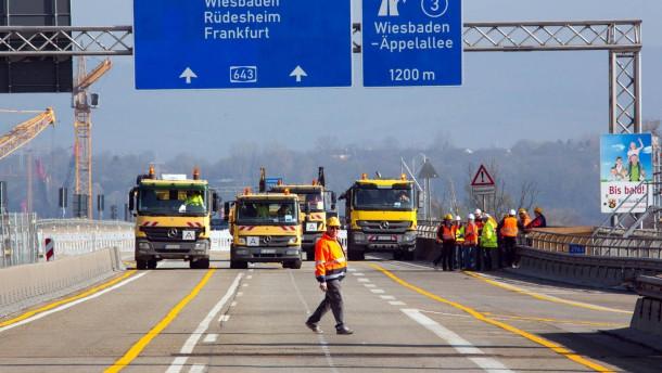 Probebelastung - nach der Reparatur der Schiersteiner Brücke fahren testweise Lastwagen über das Bauwerk