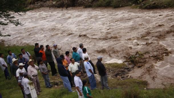 Hunderte Tote durch Erdrutsch befürchtet
