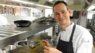 """Der Küchenchef des """"Haerlin"""" im Hotel Vier Jahreszeiten, Christoph Rüffer, in der Restaurantküche (Archivaufnahme von 2011)"""