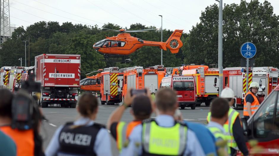 Ein Rettungshubschrauber startet nach der Explosion im Chempark Leverkusen vom Einsatzort