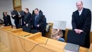 Die fünf Angeklagte und ihre Verteidiger auf der Anklagebank des Landgerichts Aachen.