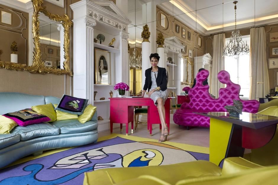 Mit Blick aufs Ritz: Markenbotschafterin Farida Khelfa im neuen Schiaparelli-Showroom in Paris.