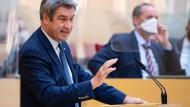 Markus Söder, CSU-Ministerpräsident von Bayern, gibt im bayerischen Landtag während einer Sondersitzung eine Regierungserklärung ab.