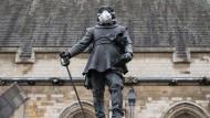 Mehrere Menschen sind am am Montagmorgen über den Zaun auf das Gelände des britischen Parlaments gestiegen und auf die Statue des legendären Politikers Oliver Cromwell geklettert.