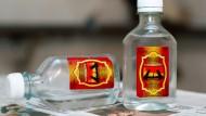 Die Etiketten weisen den Badezusatz als Kosmetikprodukt aus und warnen vor dem Verzehr. Dennoch tranken mehr als 70 Menschen das Produkt.