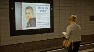 Da wurde er noch vermisst: mit einer Infotafel in Berlin bat die Polizei um Unterstützung.