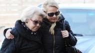 Nach dem Unfall von Prinz Johan Friso auf einer Skipiste in Österreich hat Königin Beatrix ihren Sohn im Krankenhaus besucht.