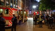 Polizisten, Feuerwehrleute und Sanitäter stehen am Sonntag in Wiesbaden in der Fußgängerzone.