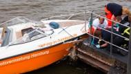 Männer krachen mit Schnellboot gegen Ponton