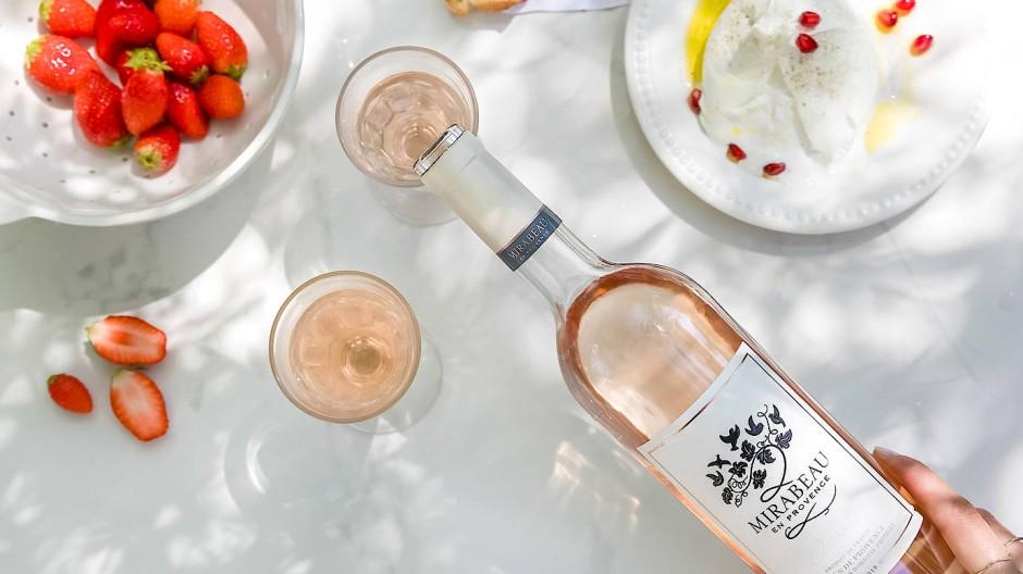"""""""Unser erstes Baby"""": Der Cuvée Rosé """"Mirabeau Classic"""" schmeckt ein bisschen nach frischen Erdbeeren."""