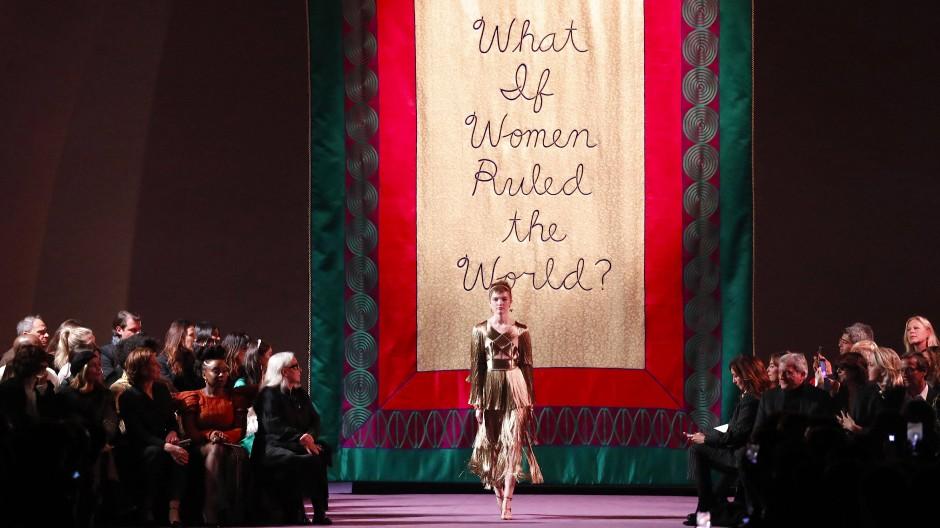 Maria Grazia Chiuri ließ sich für die Plakate ihrer Dior-Show von der amerikanischen Künstlerin Judy Chicago anregen.