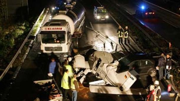 Kleinflugzeug stürzt auf stark befahrene Autobahn