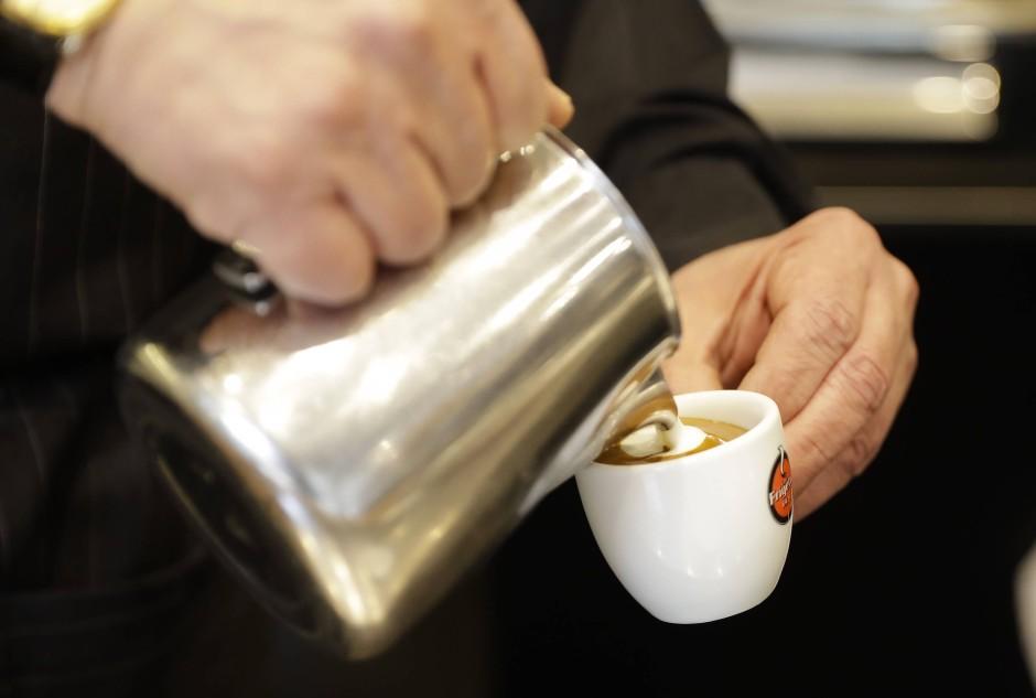 """Auch """"macchiato"""": Den Milchfleck bekommt man in Italien auf Wunsch auch auf den Espresso."""