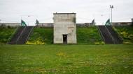 Einer der Türme an der Walltribüne auf dem Zeppelinfeld, auf denen einst auch die Scheinwerfer für den Lichtdom standen