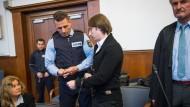 Dem Angeklagte Sergej W. (Mitte) werden am Montag im Landgericht in Dortmund die Handschellen abgenommen.