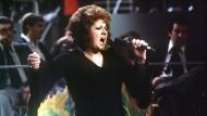 """Joy Fleming bei ihrem Auftritt 1975 beim Vorentscheid für den Grand Prix d' Eurovision de la Chanson, bei dem sie ihren Titel """"Ein Lied kann eine Brücke sein"""" präsentierte."""