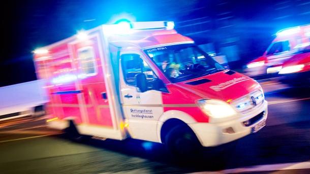 Gaffer-ffnen-T-r-des-Rettungswagens