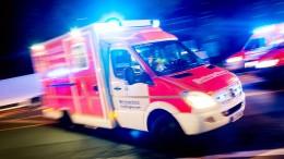 Gaffer öffnen Tür von Rettungswagen
