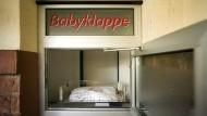 Prinzipiell anonym werden Säuglinge in Babyklappen abgelegt