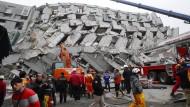 Weitere Überlebende aus Trümmern geborgen