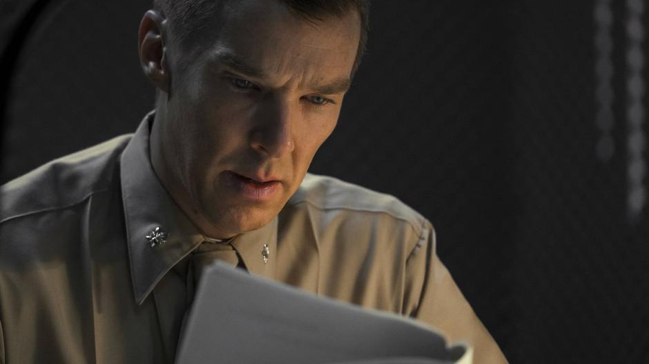"""Stößt auf Ungereimtheiten: Benedict Cumberbatch als Marine-Anwalts Stuart Couch in """"Der Mauretanier"""""""