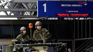 Die britische Armee bewacht den Londoner Flughafen