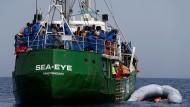 Wegen der verschärften Sicherheitslage will nun auch die Hilfsorganisation Sea Eye keine Rettungseinsätze mehr im westlichen Mittelmeer fahren.