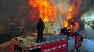 Feuerwehrleute im Einsatz auf der Peloponnes