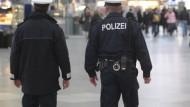 Polizisten patroullieren durch den Münchener Hauptbahnhof