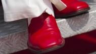 Benedikt XVI. spendet seine roten Schuhe