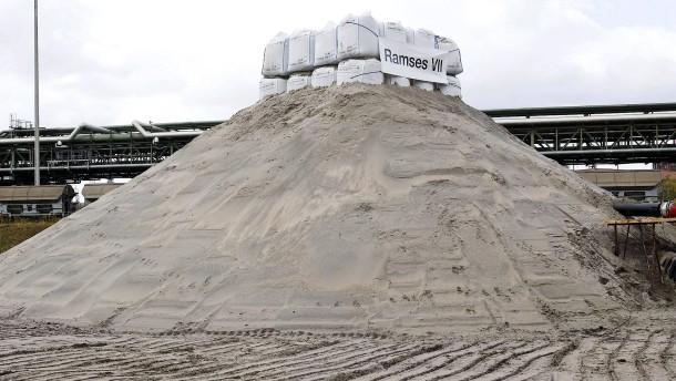 BASF entschärft Blindgänger in spezieller Sandpyramide
