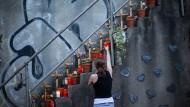 Angehörige der Opfer, die bei der Loveparade-Katastrophe ums Leben kamen, gedenken an der Unglücksstelle in Duisburg. Die bisherige Entscheidung des Gerichts wollen sie nicht akzeptieren.