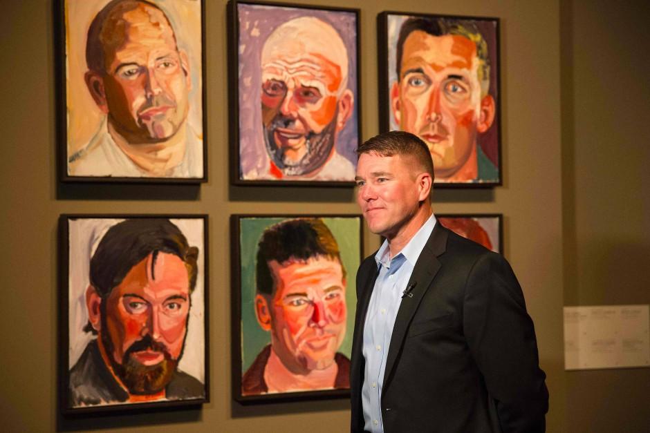 Der Soldat James Williamson vor dem Porträt, das Bush von ihm gemalt hat