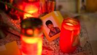 Kerzen und Blumen am Tatort für den getöteten Jonny K.