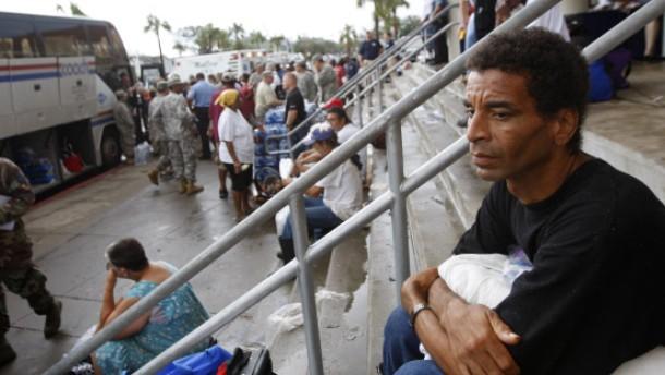 Tausende Menschen in Notunterkünften