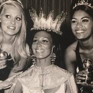 Jennifer Hosten (Mitte mit Krone) im Kreis ihrer Konkurrentinnen.
