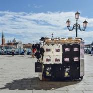 Fällt nur auf den zweiten Blick auf: Diesel verkauft die Capsule-Kollektion auf einer venezianischen Bancarella, wo sonst Touristennippes angeboten wird.