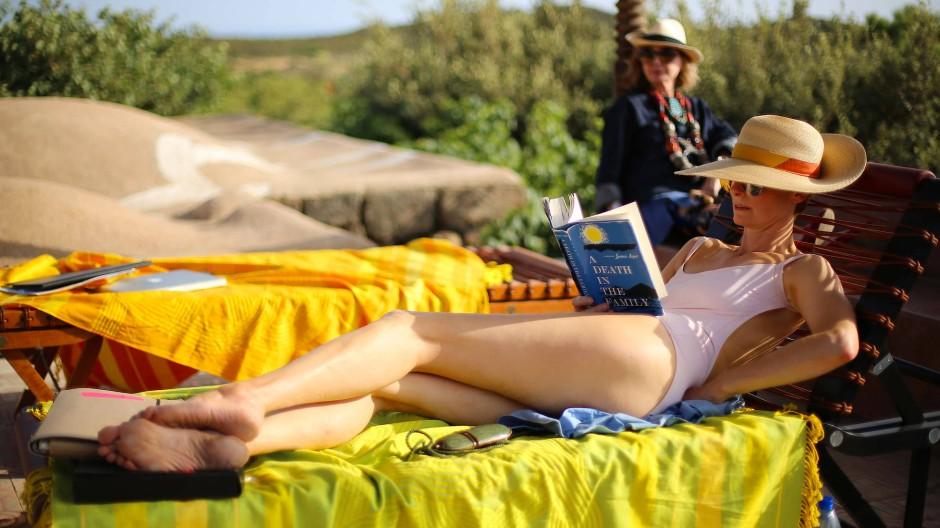 """Ahnt noch nicht, dass um ihren Pool bald alles eskaliert: Rocksängerin Marianne (Tilda Swinton) in """"A Bigger Splash"""""""