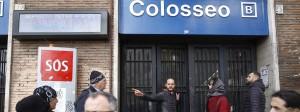 Ein Italiener erklärt Touristen vor der wegen der Erdbeben geschlossenen U-Bahn-Station Kolosseum den Weg.