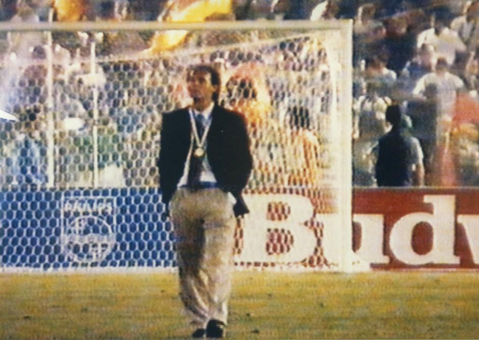 WM 1990: Nach dem Finalsieg in Rom schreitet Trainer Beckenbauer wie in Trance über den Platz.
