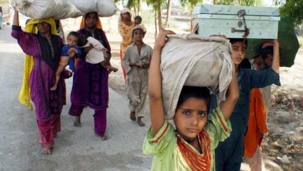 Tausende Pakistaner fliehen vor der Flut