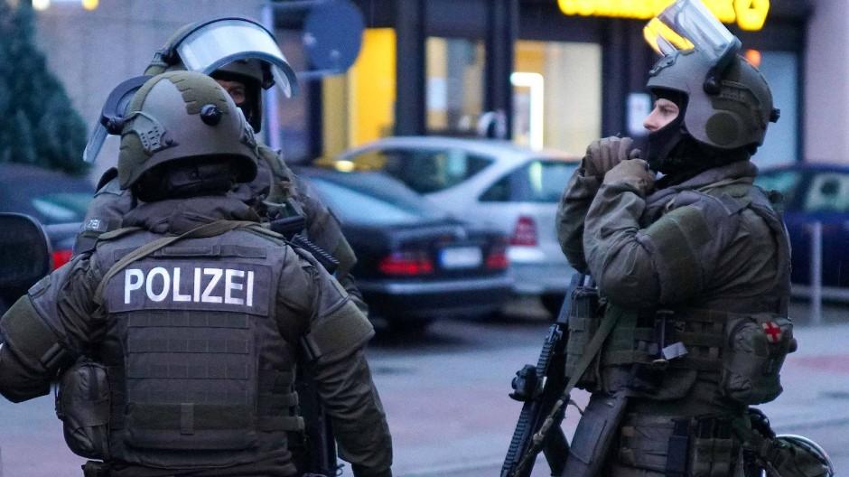 Ein Spezialkommando der Polizei ist nach dem blutigen Streit in Plochingen im Einsatz.